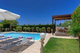 Зона отдыха у бассейна. Кипр, Корал Бэй : Прекрасная вилла с бассейном и зеленым двориком с барбекю, 3 спальни, 2 ванные комнаты, парковка, Wi-Fi