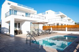 Фасад дома. Кипр, Корал Бэй : Современная вилла с бассейном и двориком с барбекю, 3 спальни, 3 ванные комнаты, парковка, Wi-Fi