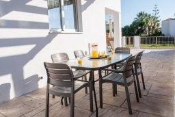 Обеденная зона. Кипр, Корал Бэй : Современная вилла с бассейном и двориком с барбекю, 3 спальни, 3 ванные комнаты, парковка, Wi-Fi