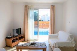 Гостиная. Кипр, Корал Бэй : Современная вилла с бассейном и двориком с барбекю, 3 спальни, 3 ванные комнаты, парковка, Wi-Fi