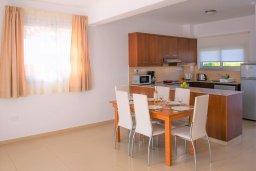 Кухня. Кипр, Корал Бэй : Современная вилла с бассейном и двориком с барбекю, 3 спальни, 3 ванные комнаты, парковка, Wi-Fi