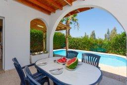 Обеденная зона. Кипр, Аргака : Уютная вилла с бассейном и зеленым двориком с барбекю, 2 спальни, 3 ванные комнаты, парковка, Wi-Fi