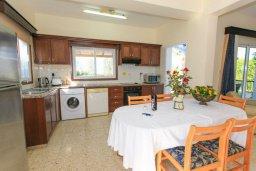 Кухня. Кипр, Аргака : Уютная вилла с бассейном и зеленым двориком с барбекю, 2 спальни, 3 ванные комнаты, парковка, Wi-Fi