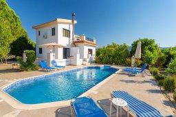 Фасад дома. Кипр, Полис город : Прекрасная вилла с бассейном и зеленым двориком с барбекю, 3 спальни, 3 ванные комнаты, парковка, Wi-Fi