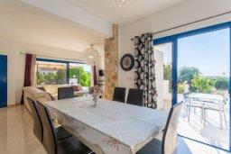 Обеденная зона. Кипр, Полис город : Прекрасная вилла с бассейном и зеленым двориком с барбекю, 3 спальни, 3 ванные комнаты, парковка, Wi-Fi