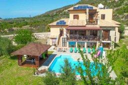 Фасад дома. Кипр, Скулли : Прекрасная вилла с бассейном и зеленым двориком с барбекю, 4 спальни, 5 ванных комнат, парковка, Wi-Fi