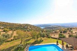 Территория. Кипр, Скулли : Прекрасная вилла с бассейном и зеленым двориком с барбекю, 4 спальни, 5 ванных комнат, парковка, Wi-Fi