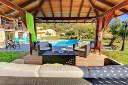 Патио. Кипр, Скулли : Прекрасная вилла с бассейном и зеленым двориком с барбекю, 4 спальни, 5 ванных комнат, парковка, Wi-Fi
