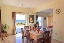 Обеденная зона. Кипр, Айя Марина Хрисохус : Роскошная вилла в 30 метрах от пляжа с бассейном, джакузи и видом на море, 3 спальни, 3 ванные комнаты, барбекю, парковка, Wi-Fi