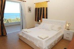 Спальня. Кипр, Айя Марина Хрисохус : Роскошная вилла в 30 метрах от пляжа с бассейном, джакузи и видом на море, 3 спальни, 3 ванные комнаты, барбекю, парковка, Wi-Fi