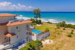 Вид на виллу/дом снаружи. Кипр, Айя Марина Хрисохус : Роскошная вилла в 30 метрах от пляжа с бассейном, джакузи и видом на море, 3 спальни, 3 ванные комнаты, барбекю, парковка, Wi-Fi