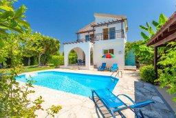 Фасад дома. Кипр, Полис город : Уютная вилла в 200 метрах от пляжа с бассейном и зеленым двориком с барбекю, 2 спальни, 3 ванные комнаты, парковка, Wi-Fi