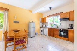 Кухня. Кипр, Полис город : Уютная вилла в 200 метрах от пляжа с бассейном и зеленым двориком с барбекю, 2 спальни, 3 ванные комнаты, парковка, Wi-Fi