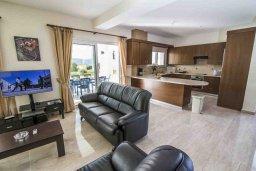 Гостиная. Кипр, Полис город : Роскошная вилла в 50 метрах от пляжа с бассейном и зеленым двориком с барбекю, 4 спальни, 4 ванных комнат, парковка, Wi-Fi
