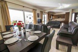 Обеденная зона. Кипр, Полис город : Роскошная вилла в 50 метрах от пляжа с бассейном и зеленым двориком с барбекю, 4 спальни, 4 ванных комнат, парковка, Wi-Fi