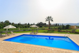 Бассейн. Кипр, Полис город : Роскошная вилла в 50 метрах от пляжа с бассейном и зеленым двориком с барбекю, 4 спальни, 4 ванных комнат, парковка, Wi-Fi