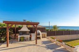 Территория. Кипр, Киссонерга : Роскошная вилла в 60 метрах от пляжа с бассейном и двориком с барбекю, 3 спальни, 3 ванные комнаты, парковка, Wi-Fi