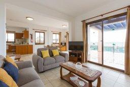 Гостиная. Кипр, Киссонерга : Роскошная вилла в 60 метрах от пляжа с бассейном и двориком с барбекю, 3 спальни, 3 ванные комнаты, парковка, Wi-Fi