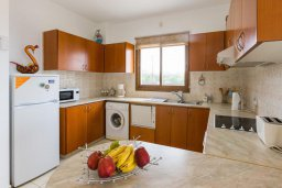 Кухня. Кипр, Киссонерга : Роскошная вилла в 60 метрах от пляжа с бассейном и двориком с барбекю, 3 спальни, 3 ванные комнаты, парковка, Wi-Fi