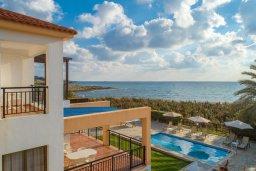 Фасад дома. Кипр, Киссонерга : Роскошная вилла в 60 метрах от пляжа с бассейном и двориком с барбекю, 3 спальни, 3 ванные комнаты, парковка, Wi-Fi