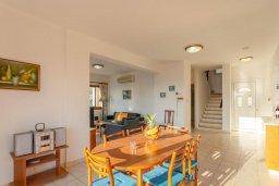 Обеденная зона. Кипр, Киссонерга : Роскошная вилла в 60 метрах от пляжа с бассейном и двориком с барбекю, 3 спальни, 3 ванные комнаты, парковка, Wi-Fi