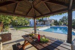 Обеденная зона. Кипр, Аргака : Роскошная вилла с бассейном, зеленой лужайкой, детской площадкой и барбекю, 4 спальни, 5 ванных комнат, парковка, Wi-Fi
