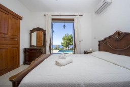 Спальня. Кипр, Аргака : Роскошная вилла с бассейном, зеленой лужайкой, детской площадкой и барбекю, 4 спальни, 5 ванных комнат, парковка, Wi-Fi