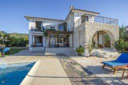 Фасад дома. Кипр, Аргака : Роскошная вилла с бассейном, зеленой лужайкой, детской площадкой и барбекю, 4 спальни, 5 ванных комнат, парковка, Wi-Fi