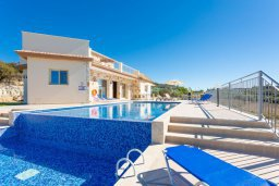 Фасад дома. Кипр, Скулли : Шикарная вилла с бассейном, зеленой лужайкой и барбекю, 4 спальни, 5 ванных комнат, парковка, Wi-Fi