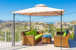 Патио. Кипр, Скулли : Шикарная вилла с бассейном, зеленой лужайкой и барбекю, 4 спальни, 5 ванных комнат, парковка, Wi-Fi