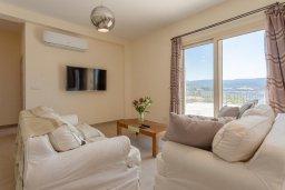 Гостиная. Кипр, Скулли : Шикарная вилла с бассейном, зеленой лужайкой и барбекю, 4 спальни, 4 ванные комнаты, парковка, Wi-Fi
