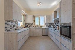 Кухня. Кипр, Скулли : Шикарная вилла с бассейном, зеленой лужайкой и барбекю, 4 спальни, 4 ванные комнаты, парковка, Wi-Fi