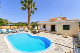 Фасад дома. Кипр, Айя Марина Хрисохус : Уютная вилла с бассейном и двориком с барбекю, 3 спальни, 3 ванные комнаты, парковка, Wi-Fi