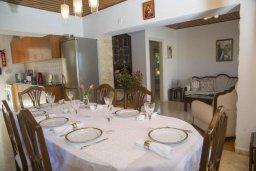Обеденная зона. Кипр, Айя Марина Хрисохус : Уютная вилла с бассейном и двориком с барбекю, 3 спальни, 3 ванные комнаты, парковка, Wi-Fi