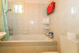 Ванная комната. Кипр, Айя Марина Хрисохус : Уютная вилла с бассейном и двориком с барбекю, 3 спальни, 3 ванные комнаты, парковка, Wi-Fi
