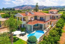 Вид на виллу/дом снаружи. Кипр, Айя Марина Хрисохус : Прекрасная вилла с бассейном и двориком с барбекю, 4 спальни, 3 ванные комнаты, парковка, Wi-Fi
