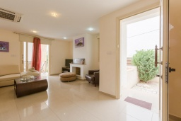 Гостиная. Кипр, Киссонерга : Превосходная вилла в 60 метрах от пляжа с бассейном и двориком с барбекю, 5 спален, 3 ванные комнаты, парковка, Wi-Fi