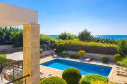 Территория. Кипр, Киссонерга : Превосходная вилла в 60 метрах от пляжа с бассейном и двориком с барбекю, 5 спален, 3 ванные комнаты, парковка, Wi-Fi