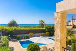 Вид на море. Кипр, Киссонерга : Превосходная вилла в 60 метрах от пляжа с бассейном и двориком с барбекю, 5 спален, 3 ванные комнаты, парковка, Wi-Fi