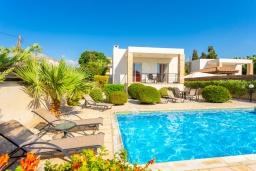 Вид на виллу/дом снаружи. Кипр, Киссонерга : Превосходная вилла в 60 метрах от пляжа с бассейном и двориком с барбекю, 5 спален, 3 ванные комнаты, парковка, Wi-Fi