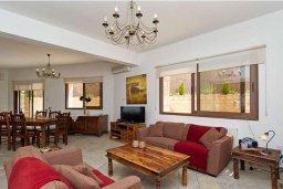 Гостиная. Кипр, Скулли : Уютная вилла с бассейном и приватным двориком с барбекю, 3 спальни, 3 ванные комнаты, парковка, Wi-Fi