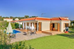 Вид на виллу/дом снаружи. Кипр, Полис город : Прекрасная вилла в 50 метрах от пляжа с бассейном и видом на море, 3 спальни, 3 ванные комнаты, парковка, Wi-Fi