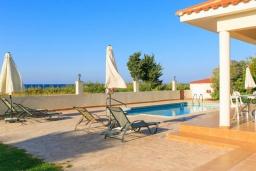Бассейн. Кипр, Полис город : Прекрасная вилла в 50 метрах от пляжа с бассейном и видом на море, 3 спальни, 3 ванные комнаты, парковка, Wi-Fi