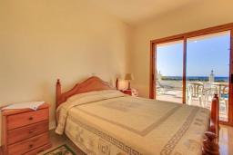 Спальня. Кипр, Полис город : Прекрасная вилла в 50 метрах от пляжа с бассейном и видом на море, 3 спальни, 3 ванные комнаты, парковка, Wi-Fi