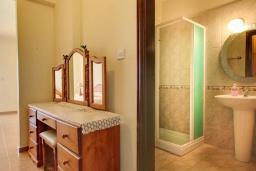 Ванная комната. Кипр, Полис город : Прекрасная вилла в 50 метрах от пляжа с бассейном и видом на море, 3 спальни, 3 ванные комнаты, парковка, Wi-Fi