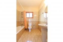 Ванная комната 2. Кипр, Полис город : Прекрасная вилла в 50 метрах от пляжа с бассейном и видом на море, 3 спальни, 3 ванные комнаты, парковка, Wi-Fi