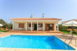 Фасад дома. Кипр, Полис город : Прекрасная вилла в 50 метрах от пляжа с бассейном и видом на море, 3 спальни, 3 ванные комнаты, парковка, Wi-Fi