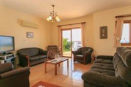 Гостиная. Кипр, Полис город : Прекрасная вилла в 50 метрах от пляжа с бассейном и видом на море, 3 спальни, 3 ванные комнаты, парковка, Wi-Fi