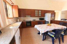Кухня. Кипр, Полис город : Прекрасная вилла в 50 метрах от пляжа с бассейном и видом на море, 3 спальни, 3 ванные комнаты, парковка, Wi-Fi