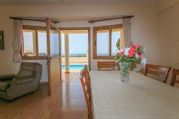 Обеденная зона. Кипр, Полис город : Прекрасная вилла в 50 метрах от пляжа с бассейном и видом на море, 3 спальни, 3 ванные комнаты, парковка, Wi-Fi